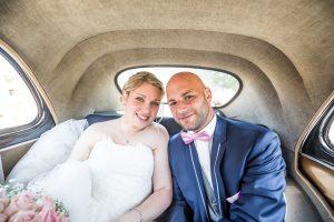 Photo dans la voiture des mariés Photographe de mariage le fenouiller En Vendée