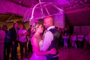 Photo danse du parapluie Photographe de mariage à saint-gilles-croix-de-vie Le fenouiller Vendée