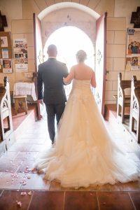 Sortie mariés église Photographe de mariage à Saint Gilles croix de vie en Vendée