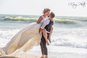 couple afterday seance aprés le mariage a la plage