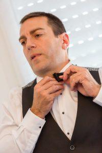 habillage du marié cgregphoto photographe de mariage saint gilles croix de vie