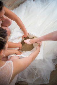 photo habillage de la mariée photographe de mariage saint gilles croix de vie le fenouiller en vendée