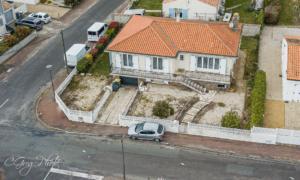 une photo à 23 mètres de hauteur avec le drone a dessus de la maison on vois la façade avant