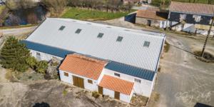 image vu du drone à 20m de haute au dessus d'une grange