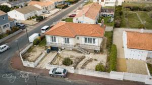 photo de la facade avant avec le jardin devant prise de vu à 15 mètres de haut