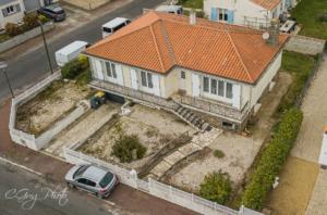 image de la façade avant avec le balcon vu du drone à 17 mètres de haut