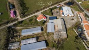 vu de l'arrière de l'exploitation à 76 mètres de hauteur ensemble des bâtiments agricole