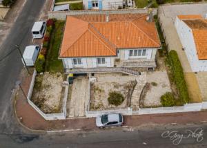 photo aérienne de la facade de la maison avec balcon photo prise à 17m de haut