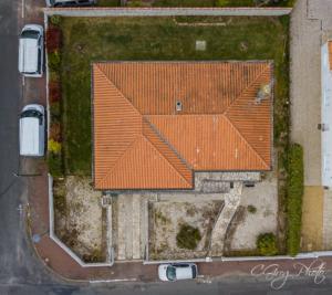 photo aérienne à 44 mètres de haut vu sur la toiture et du terrain
